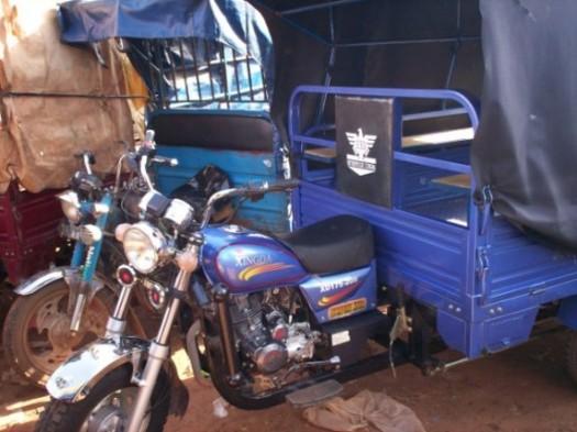 Moto-taxis, petite activité de revenue dans la ville de Ségou, Mali.
