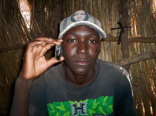 Yacouba possède le téléphone pour ne pas laisser échapper les nouvelles au village.