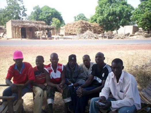L'échange entre les jeunes du village de Tingoni et moi autour des NTIC.