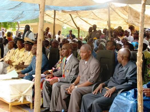 La chason d'accueil du Ministre et sa délégation par les élèves de Benena
