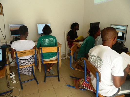 Les apprenants dans le Cybercafé du centre Doni Blon à Ségou