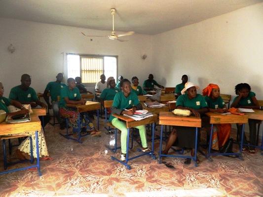 Les apprenants suivant un cours de TIC avec projection