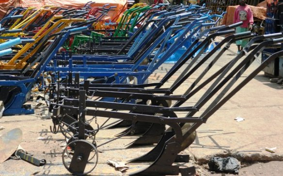 Des charrues fabriquées par des artisans maliens