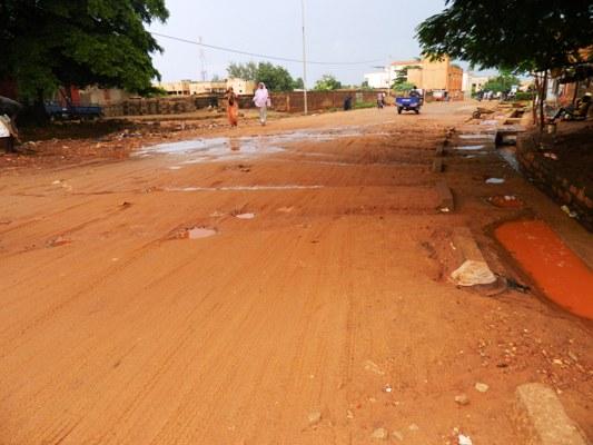 Route non entretenue: goudron totalement caché avec le passage du sable