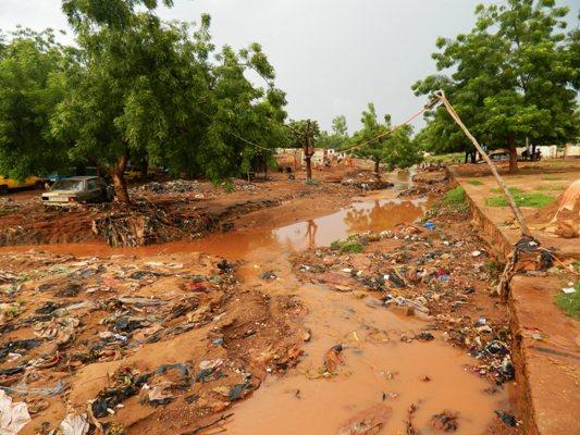 Caniveau non entretenu dans le quartier de sangarébougou à Bamako