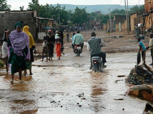 Serieusement difficile pour les habitants de Sangarébougou de traverser ce pont totalement dégradé par de grands trous au milieu