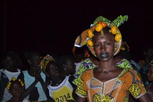 Une fille peule dansant au rythme de la flûte et du tam-tam