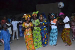 Des filles  peule dansant au rythme de la flûte et du tam-tam
